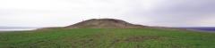 Вид (с запада) на вершину возвышенности и курган.