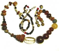Находки из могильника. Ожерелье. Гагат, сердолик, янтарь, горный хрусталь, египетский фаянс, паста.