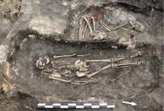 Сарматское мужское погребение 7 кургана 1 (на переднем плане) с железным мечом. Вид с востока-северо-востока.