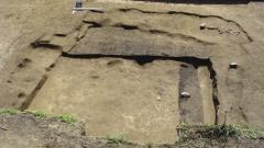 Неолитическая полуземлянка (конструкция 1) на финальной стадии исследования. Вид с севера.