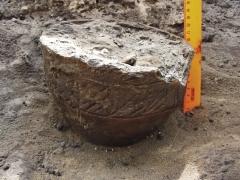 Находки: лепной сосуд in situ, погребение 1.