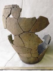 Находки: реконструкция сосуда по фрагментам его развала, жилище 2.