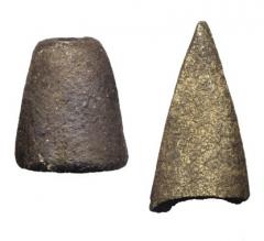 Находки с поселения: глиняное пряслице и костяной наконечник.