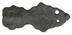 Находки с поселения. Фибула равноплечная (фрагмент). Многокомпонентная латунь.